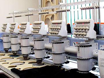 6頭立てミシン 6枚が一度に刺繍できます。